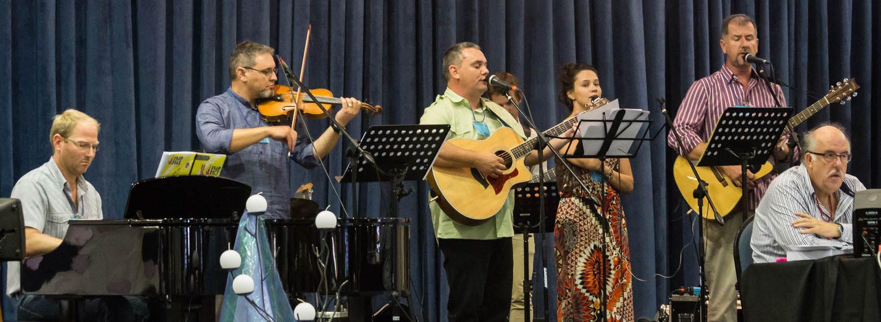 Die musiekspan van Vonnk en Flam op die verhoog. Hulle begelei die Algemene Sinode se musiek. Foto: Louise Jackson
