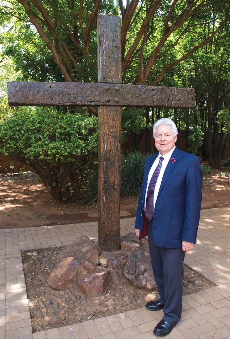 """Ds Nico van Rensburg by die kruis. """"Oor die visier van die kruis,"""" sê hy, """"sien jy God se somer kom."""" Foto: Louise Jackson"""