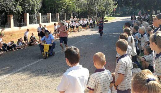 Skool leer kinders met geloofsbril kyk